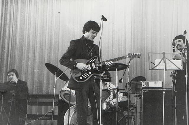 Батраков (слева; сидит) в составе группы «Гольфстрим»